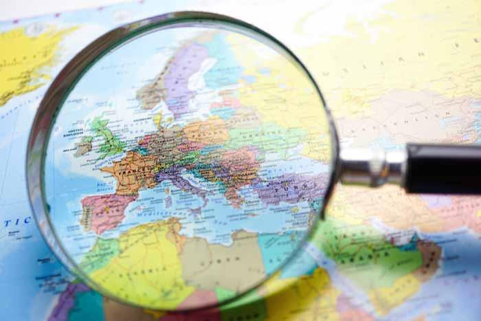 Mappa d'Europa con lente
